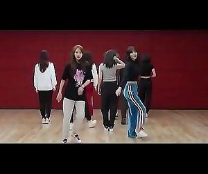 9 Korean girls having an..